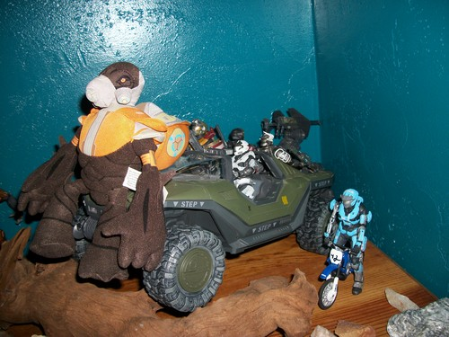 Comparing the grunt to halo action figures.