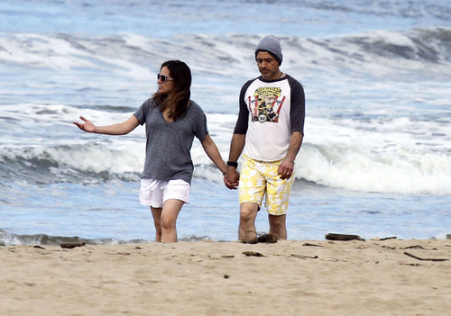 Robert Downey Jr & His Gorgeous Pregnant Wife Take Stroll On The пляж, пляжный In Hawaii