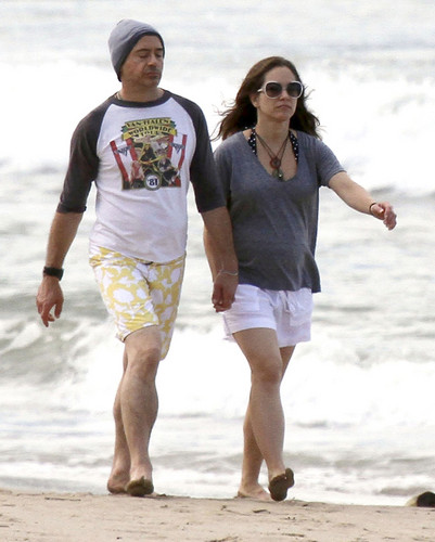 Robert Downey Jr & His Gorgeous Pregnant Wife Take Stroll On The 海滩 In Hawaii