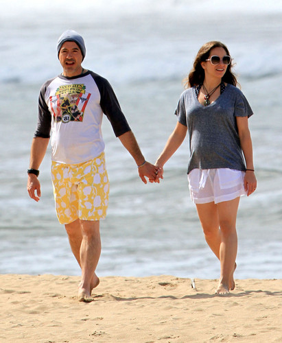 Robert Downey Jr & His Gorgeous Pregnant Wife Take Stroll On The pantai In Hawaii
