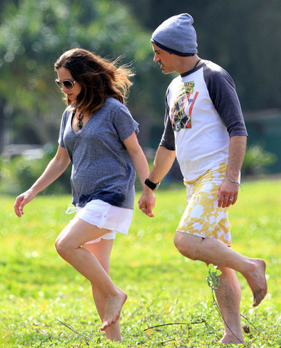 Robert Downey Jr & His Gorgeous Pregnant Wife Take Stroll On The beach, pwani In Hawaii