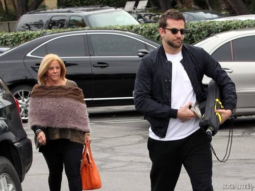 Bradley Cooper Plays टेनिस With Mom