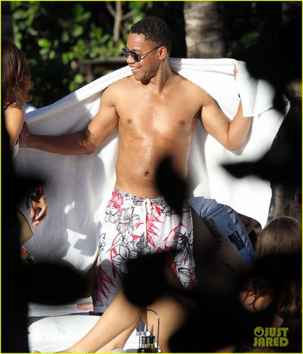 Cuba Gooding Jr: Shirtless Miami Man!