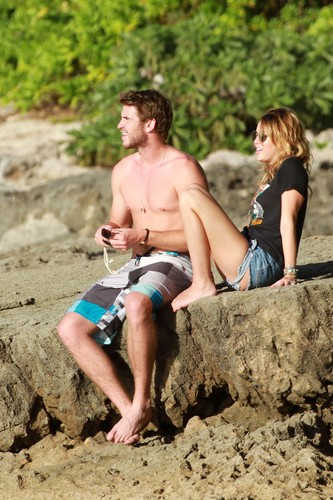 Miley - 29/12 Spending Time With Liam In Hawaii