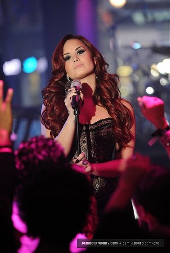 "Demi performs ""Give Your cœur, coeur a Break"" at MTV's New Years Eve in NYC 2012"