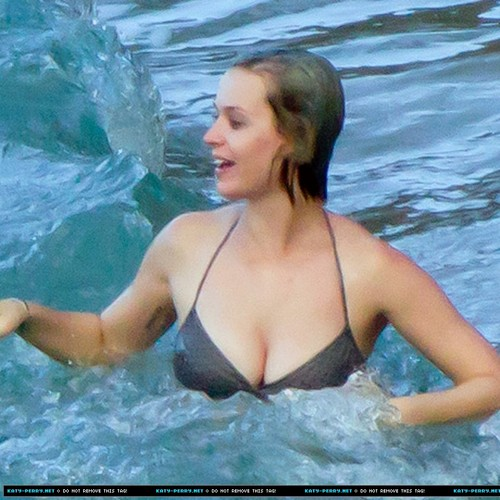 Katy Perry on the tabing-dagat in Hawaii [December 26 2011]