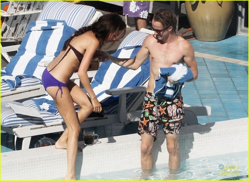 Tom Felton & Jade Olivia: Pair kwa The Pool