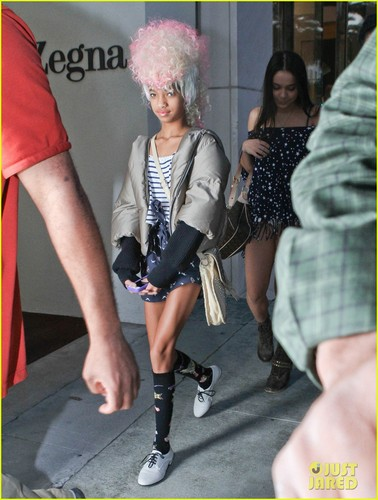 Willow Smith Channels Nicki Minaj With roze Wig