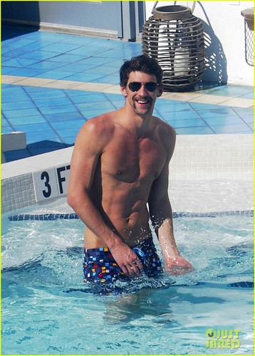 Michael Phelps: Shirtless Pool Time in Miami!