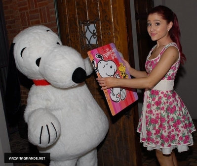 Ariana Grande - Twitter Valentine's Day with Snoopy