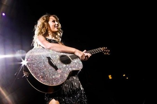 Taylor with her AWESOME guitar!