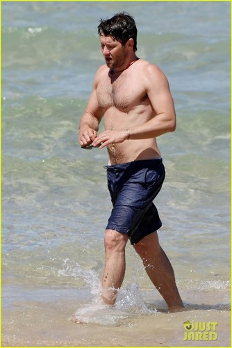 Joel Edgerton: Shirtless Dip at Bondi সৈকত