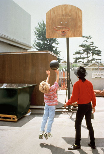 Macaulay Culkin playing baloncesto with Michael Jackson