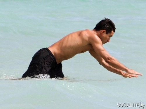 Mario Lopez Jogs Shirtless On The tabing-dagat In Miami