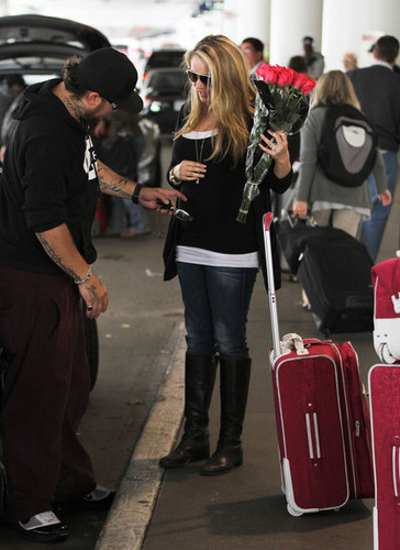 Mom-to-be Tiffany Thornton greeted with 爱情