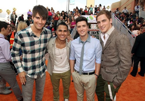BTR at the Kids' Choice Awards 2012 नारंगी, ऑरेंज carpet