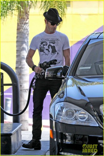 Justin Theroux Fills Up the Tank