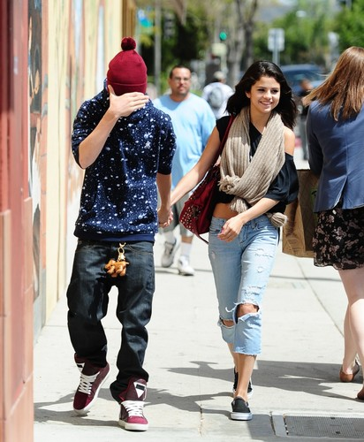 Selena Gomez and Justin Bieber Amore data at Panera pane