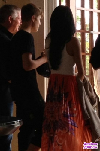 Justin and Selena Checking Into Hotel (April 14)