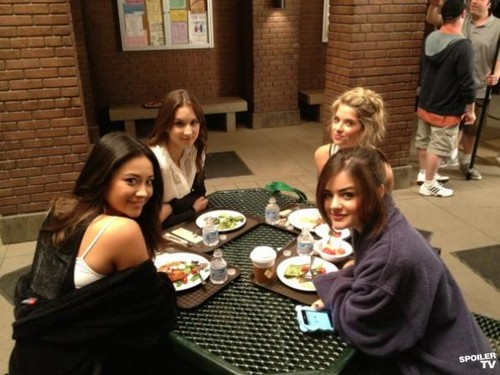 Pretty Little Liars - Season 3 - बी टी एस चित्र from the Set
