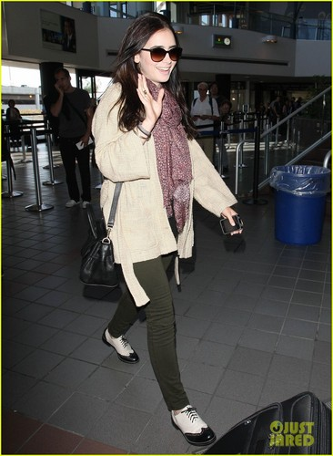 Lily Collins: Memorial siku Weekend Jet-Setter!