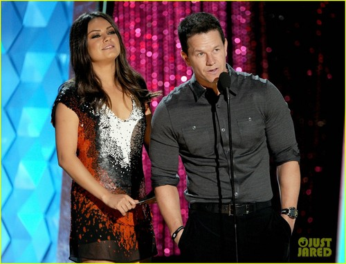 Mila Kunis - एमटीवी Movie Awards with Mark Wahlberg!