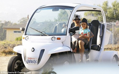 Anthony Kiedis takes son Everly 熊 for a ride [ August 20 ]